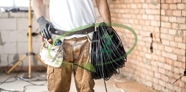 electricista-herramientas-trabajando-sitio-construccion-concepto-reparacion-manitas_169016-5888 (1)